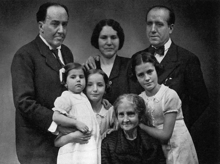 Antonio Machado (a la izquierda) con su hermano José, la mujer de éste, Matea Monedero, las tres hijas de ambos, Carmen, María y Eulalia, y la madre de los Machados ,Ana Ruiz.Madrid hacia 1933