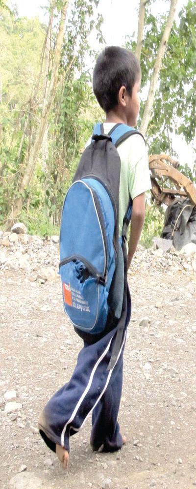 quilodran niño camina a escuela